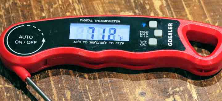 Closeup image of theG-Dealer DT09 Instant-Read Thermometer registering 71.2 degrees Fahrenheit on its illuminated display