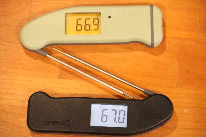 Pistachio-colored Thermapen MK4 at the top and black Thermapen MK4 on the bottom