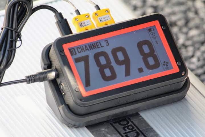 The FireBoard 2 Pro registering 789.8 degrees Fahrenheit on its digital display screen